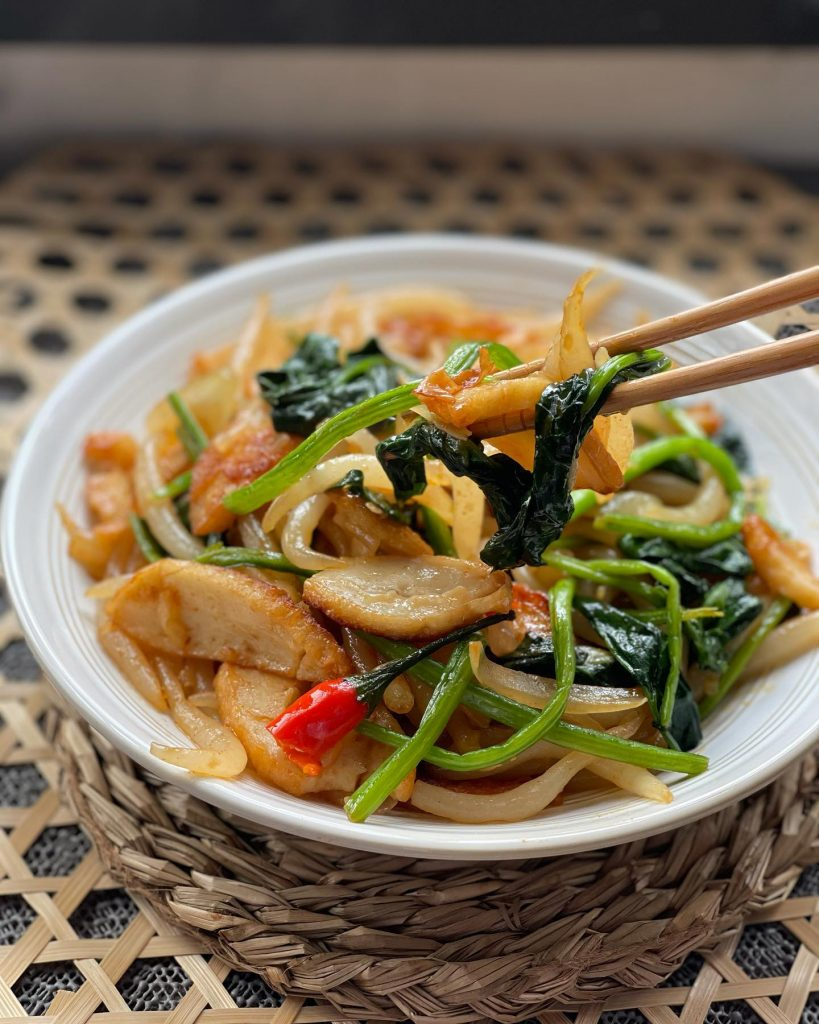 Spinach, fish cake and chow mein